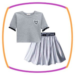 Conjunto infantil de blusa boxy em malha canelada na cor cinza e saia (com shorts embutido) em cirre holográfico na cor cinza