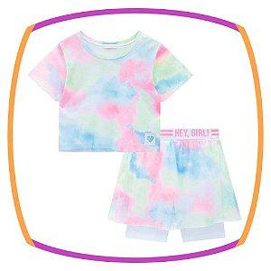 Conjunto infantil de blusa boxy em tela tie dye e bermuda ciclista com sobreposição de tule em tie dye