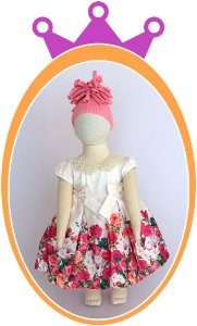 Vestido Off White Corpo Liso e Saia com Estampa de Rosas Coloridas e Colar em Pérola - Acompanha Tapa Fralda