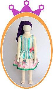 Vestido de Alça com Botões Aplicados com Listras Cores Pastéis e Saia com Estampa de Castelo