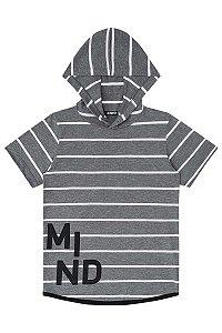 Camiseta infantil cinza com listras e gorro