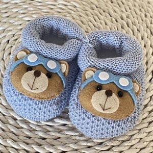 Sapatinho de Tricô Azul Claro Detalhe Urso Aviador