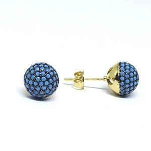 Brinco médio redondo com pedraria azul folheada em ouro 18k