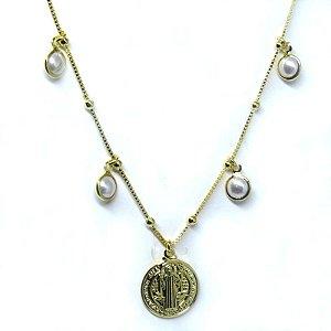 Colar Medalha de São Bento com pérolas folheado em ouro 18k
