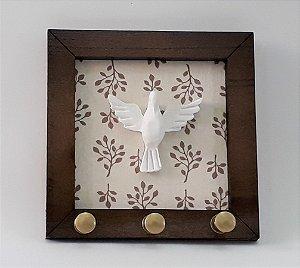 Porta-chaves Espírito Santo. Cor Bege, em Madeira, MDF, resina. Medida 11x11 cm
