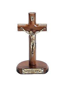 Crucifixo Cilíndrico de Mesa Madeira, Metal Ouro Velho. 12x6cm. - Eis o Cordeiro de Deus!
