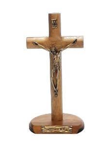 Crucifixo Cilíndrico de Mesa Madeira, Metal Ouro Velho. 17x9cm. - Eis o Cordeiro de Deus!