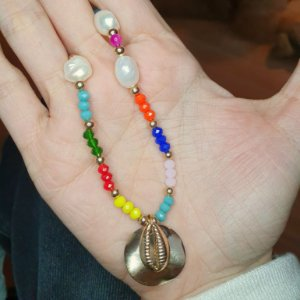 Colar chapa Búzios, pérola  barroca e cristais coloridos