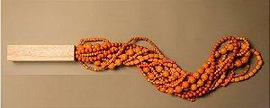 Colar em sementes frias em madeira teca- 85 cm