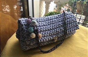 bolsa em fio de malha cor azul claro  com detalhes em bolinhas de croche e corrente ouro velho