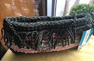 bolsa em fio de malha em 3 cores ,com  franjas  e uma corrente em prata velha