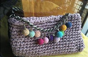 clutch em fio de malha rosa antigo com corrente prateada e bolinhas coloridas  em crochê