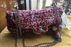 bolsa em fio de malha mesclada com corrente dupla prateada com detalhes de bolinhas de crochê