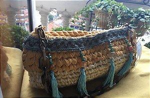 Bolsa em fio de malha e de lã com corrente bege em resina com detalhes em pedras e fita bordada