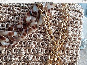 bolsa em fio de seda bege em ponto pipoca com duas correntes uma tigrada em resina e outra dourada