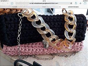 bolsa em fio de malha duas cores rosa antigo e preto com duas correntes uma curta em resina bege e outra longa  de metal prateado