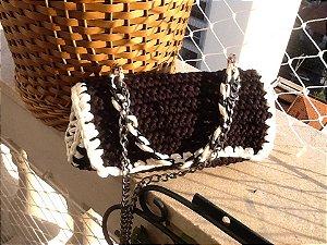 bolsa em fio de malha , estilo Chanel ,preta com branco,com duas correntes ;duas correntes uma resina outra de metal prata velha .