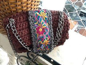 bolsa  bordô e cinza chumbo ,em fio de malha ,tipo tiracolo com bordado do Nepal .Possui uma corrente  dupla de metal em prata velha