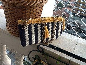 bolsa  em fio de malha branco e azul marinho e detalhes  na cor mostarda .Possue uma corrente grande em ouro velho.