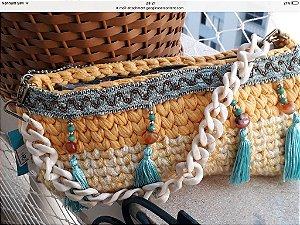 bolsa em fio de malha e fio de lã ,com detalhes em pedras e tassel .Corrente comprida de resina cor marfim