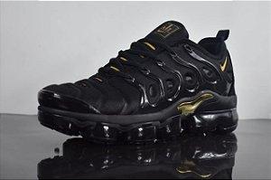 acd5fed8ae1 Tênis Nike Air Vapormax Plus Preto e Dourado Frete Grátis