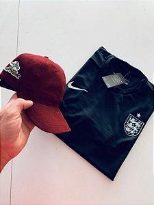 Kit Camiseta Inglaterra Preta + Boné Lacoste Vinho Com Frete Grátis