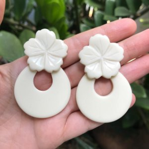 Brinco Flor e Gota de Resina Marfim