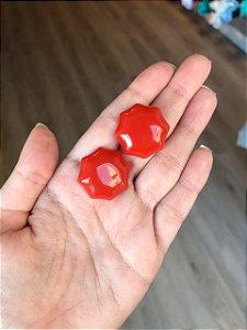 Brinco Botão Resina Sextavado Vermelho Alaranjado
