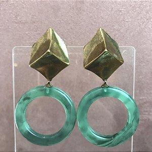 Brinco Metal Geométrico em Banho Ouro Velho com Argola de Resina Verde Rajado