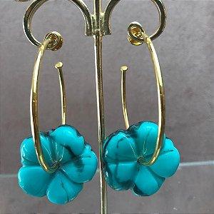 Brinco de Argola Dourada com Flor de Resina Azul Turquesa Rajado