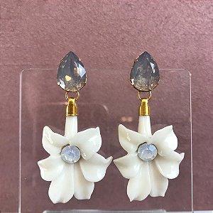 Brinco Gota de Pedra Cinza com Flor de Resina Off White com Miolo Leitoso