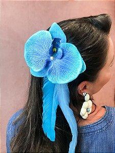 Arranjo de cabeça com Orquídea e Penas Cumpridas de Carnaval