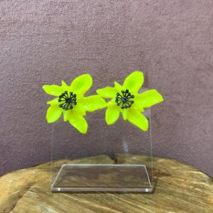 Brinco Orquídea de Resina Cor Amarelo Neon Com Aplique de Strass Camila Vanni