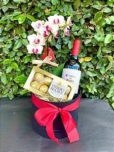 Incrível box com flores, vinho e chocolate