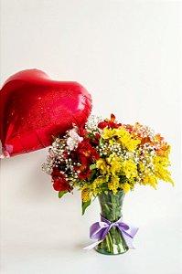 Luxuosas Astromélias Coloridas no Vaso com Balão