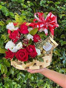 Luxuosa cesta de rosas vermelhas e brancas