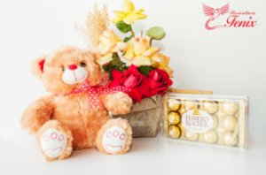 Lindo Arranjo de Rosas com Pelúcia e Chocolate Ferrero Rocher