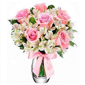 Luxuoso Arranjo de Rosas e Astromélias no Vaso de Vidro