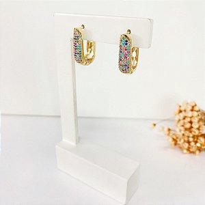 Brinco meia argola cravejada microzircônias coloridas dourado