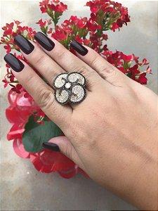 Anel em formato de flor ... com borda de zircônia negra e cravejado com zircônia branca , banhado em ouro 18, garantia no banho , TAMANHO 20