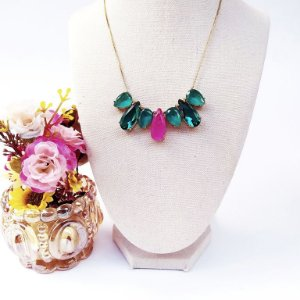 Colar folheado dourado gotas variadas verde e rosa