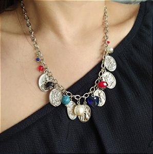 Colar curto níquel berloques medalhas com pedras cristais coloridos