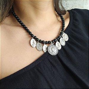 Colar curto bolas pretas com moedas prata