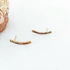 Brinco ear cuff dourado fileira com strass colorido