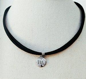 Colar curto signo escorpião prata no couro