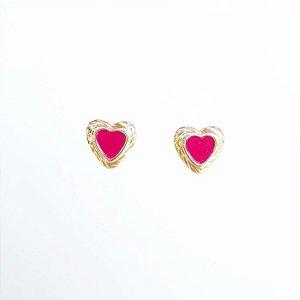 Brinco pequeno folheado dourado coração resina marsala