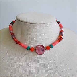 Colar gargantilha pedra madriperola tons vermelha com rosa com detalhes verdes miçangas, rodelas e cristais