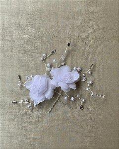Duo de grampos flores tecido branco cristais pérolas