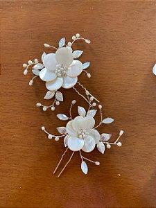 Duo de grampos flores de madrepérola