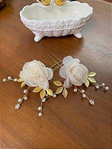 Duo de grampos flores tecido champagne metais dourados pérolas